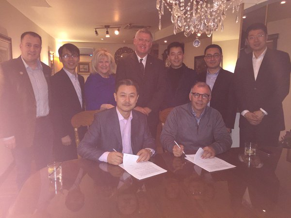 Chang Yunbo (l) and Albert Barbusci (r) re-signed, in Sydney, in March 2016 the same papers they had signed in China in December 2015. Blurry photos ensued.)