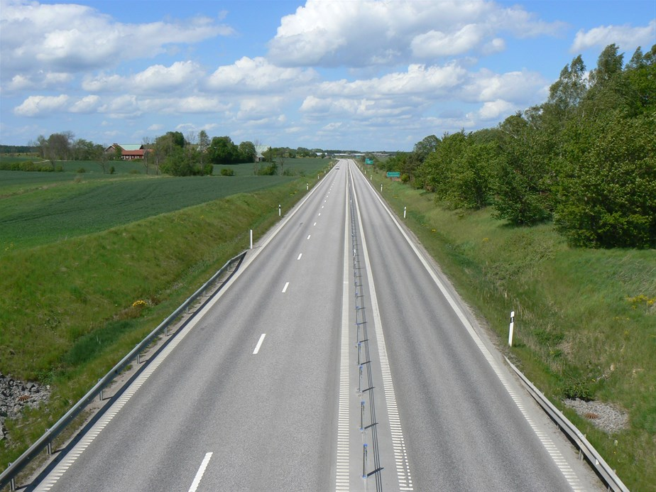 2+1 road with cable barriernear Linköping, Sweden. (Source: World Highways http://www.worldhighways.com/categories/traffic-focus-highway-management/features/21-type-roads-a-chance-to-be-better-in-road-safety-for-lithuania/)