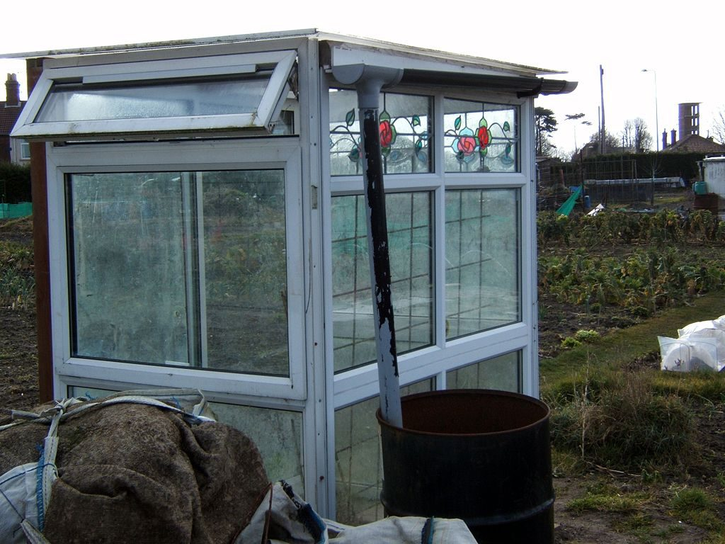A small self made greenhouse at Fir Lane, Lowestoft, Suffolk (Photo by Tim Parkinson (Flickr) [CC BY 2.0 (http://creativecommons.org/licenses/by/2.0)], via Wikimedia Commons)