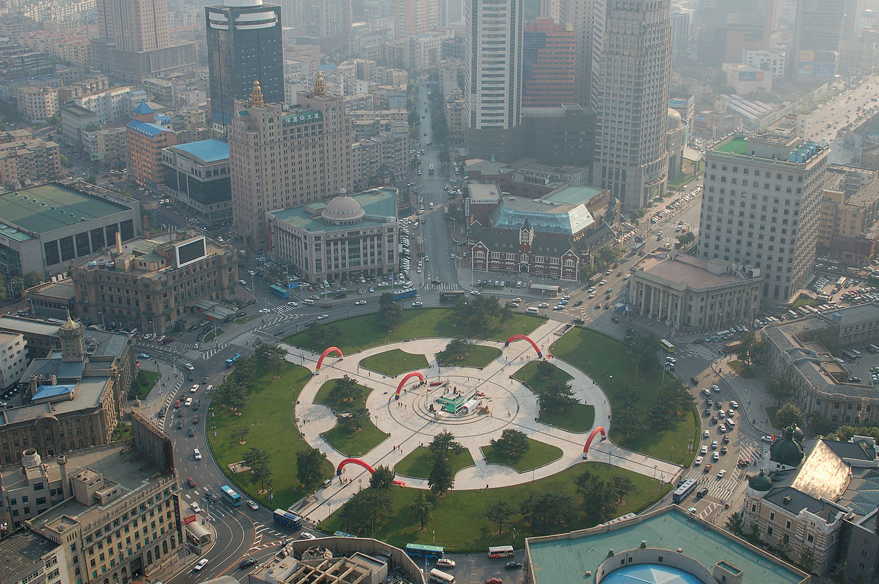 A view of Zhongshan Square in the heart of modern Dalian. 2006 (By MR+G from Wakayama, Japan - Flickr, CC BY 2.0, https://commons.wikimedia.org/w/index.php?curid=1187613)