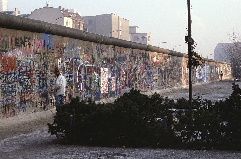 Berlin Wall, 1 December 1989 (Photo by Aad van der Drift [CC BY 2.0 (https://creativecommons.org/licenses/by/2.0)], via Wikimedia Commons)