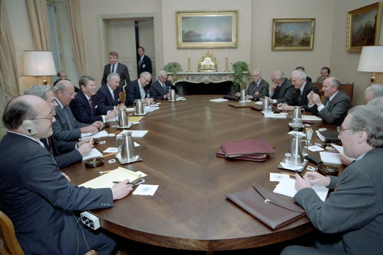 President Reagan Mikhail Gorbachev Anatoly Dobrynin Dimitry Zarechnak Don Regan Rozanne Ridgway Jack Matlock George Shultz Arthur Hartman Paul Nitze and Eduard Shevardnadze during the Second Plenary Session Fleur D'Eau during the Geneva Summitt in Switzerland, 19 November 1985. (Public Domain via Wikimedia Commons)