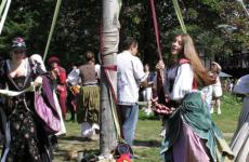 2004 New York Renaissance Faire in the Maypole Meadow. KenL at English Wikipedia [Public domain]