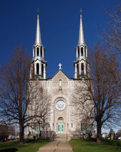 Saint Nom de Marie church, Marieville, QC. The municipal library is housed in the basement. (Photo by Pierre Bona [CC BY-SA 3.0 (https://creativecommons.org/licenses/by-sa/3.0)])