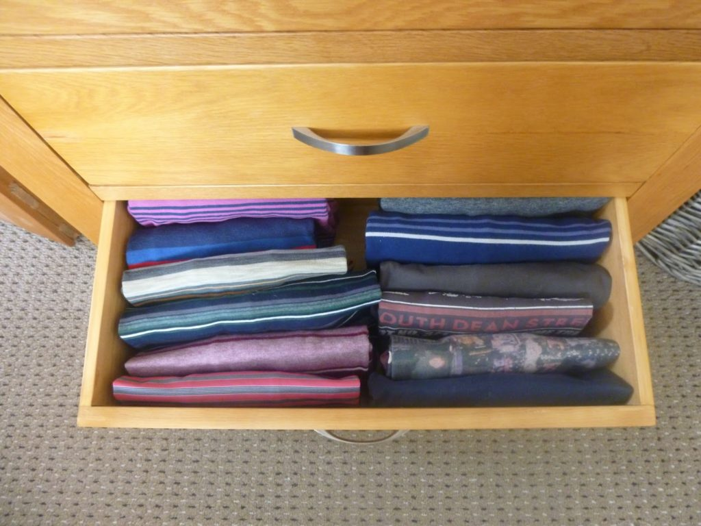 Clothing folded the KonMari way. (Photo via Our New Life in the Country https://ournewlifeinthecountry.blogspot.com/2015/02/the-konmari-method.html)