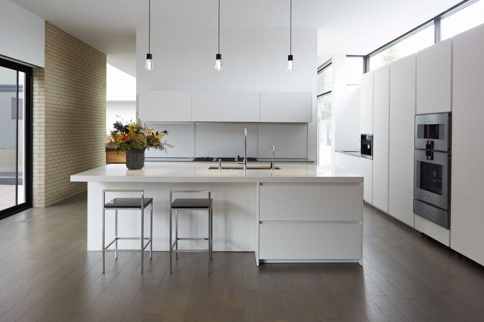 Minimalist kitchen by Alisberg Parker Architects via The Spruce https://www.thespruce.com/minimalist-kitchens-4767227