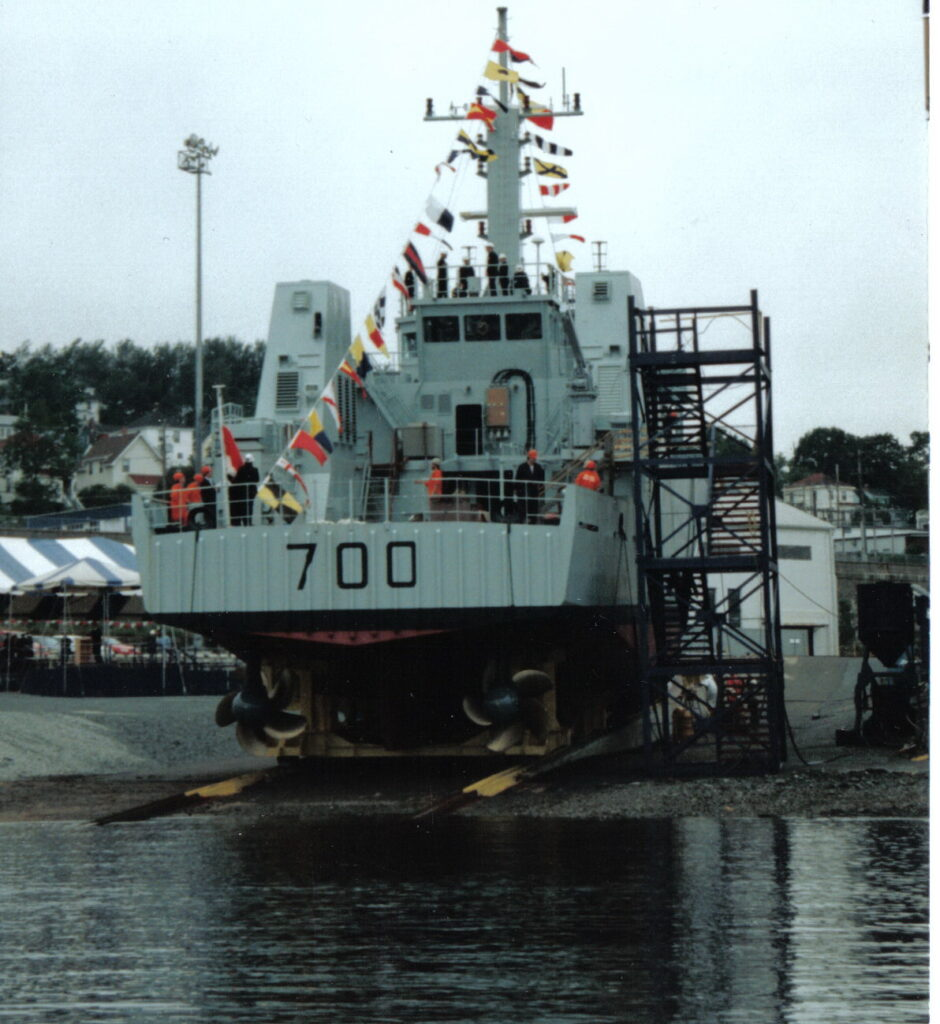 HMCS KINGSTON, MCDV 700 preparing to launch - Halifax Shipyard photo.